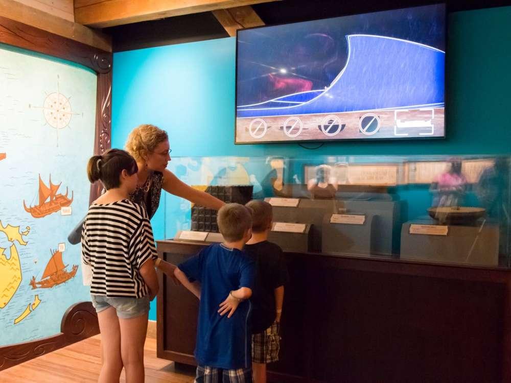Mostrador lleno de información que le da una sensación científica a la exposición en The Ark Encounter.Cortesía del Museo de la Creación.