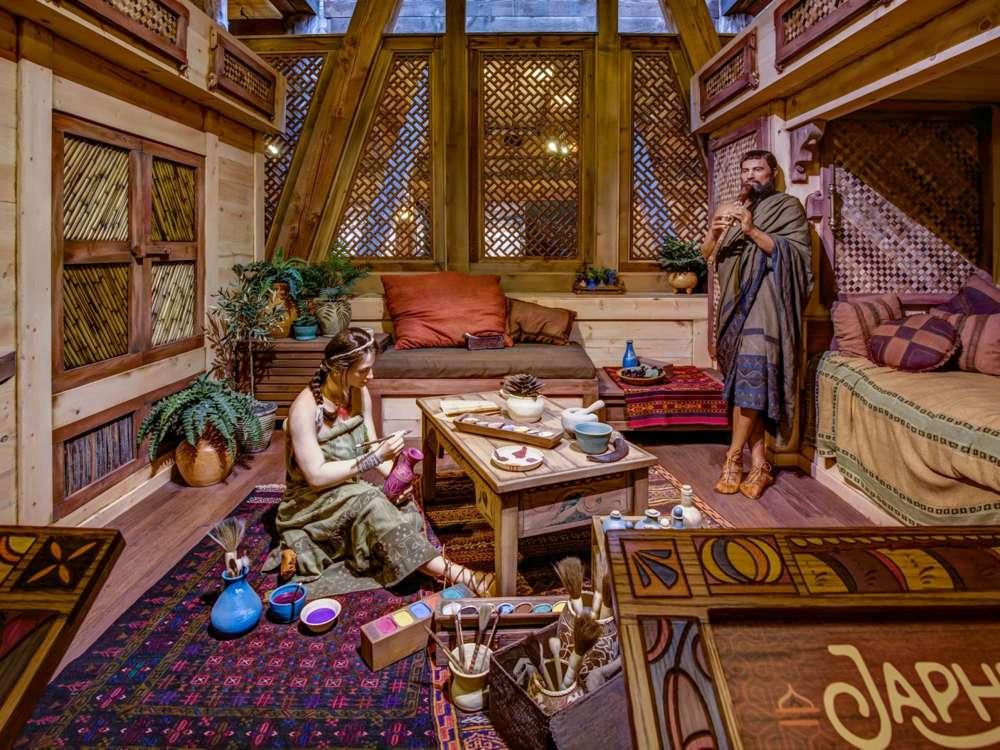 Modelos de Noé y un miembro de la familia dentro del Arca de siete pisos.Moshe Gilad