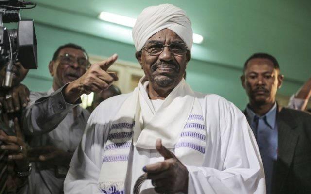 El presidente sudanés, Omar al-Bashir, se prepara para emitir su voto para las elecciones presidenciales y legislativas del país en Jartum, Sudán, 13 de abril de 2015. (AP Photo / Mosa'ab Elshamy, Archivo)