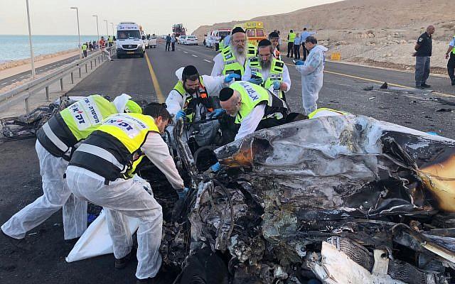 Trabajadores de emergencia de ZAKA en la escena de una colisión frontal mortal en la Ruta 90 cerca del Mar Muerto el 30 de octubre de 2018. (ZAKA)