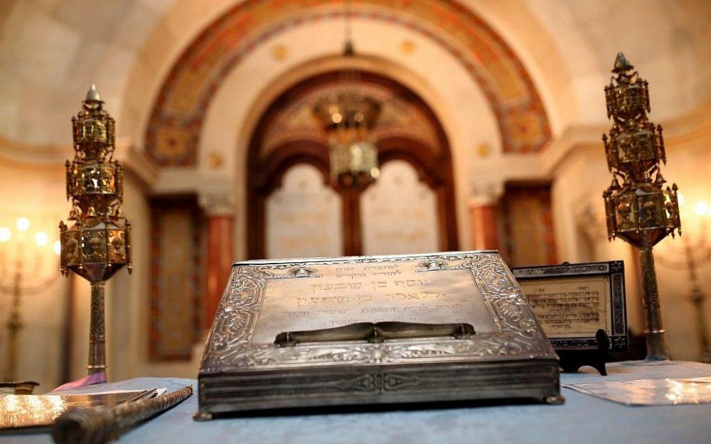 En esta foto tomada el martes 5 de mayo de 2015, objetos ceremoniales judíos descansan en la sinagoga judía en Lisboa. España y Portugal promulgaron leyes que otorgan la ciudadanía a los descendientes de judíos sefardíes exiliados durante la Inquisición hace 500 años. (Crédito de la foto: AP Photo / Francisco Seco)