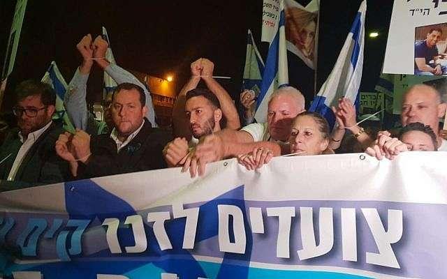 (De izquierda a derecha) Likud MK Oren Hazan, el presidente del Consejo Regional de Samaria, Yossi Dagan, y familiares de Kim Levengrond Yehezkel y Ziv Hajbi, quienes murieron en un ataque terrorista en la Zona Industrial de Barkan en su memoria en el lugar del ataque en noviembre 6, 2018. (Consejo Regional de Samaria)