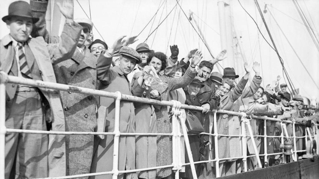 Refugiados judíos a bordo del buque de línea alemán St. Louis, 29 de junio de 1939. (Planet News Archive / SSPL / Getty Images / via JTA)