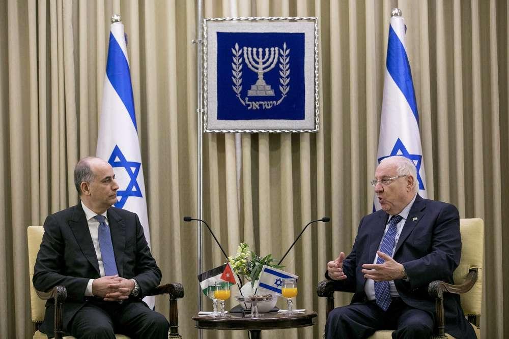 El embajador jordano entrante en Israel, Ghassan Majali, habla con el presidente Rivlin en su residencia en Jerusalem, el 8 de noviembre de 2018. (Yonatan Sindel / Flash 90)
