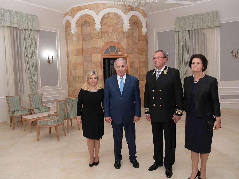 El embajador ruso Anatoly Viktorov y su esposa reciben al primer ministro Benjamin Netanyahu y a su esposa Sara en una recepción que conmemora el Día de Rusia en Jerusalem, 14 de junio de 2018 (Amos Ben-Gershom / GPO)