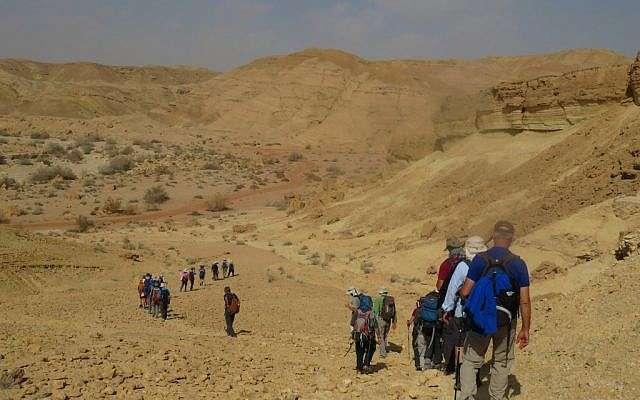 Una parte de los 40 israelíes que caminaron desde Petra a Avdat a lo largo de la antigua Ruta de las Especias Nabateas, febrero de 2018. (cortesía)