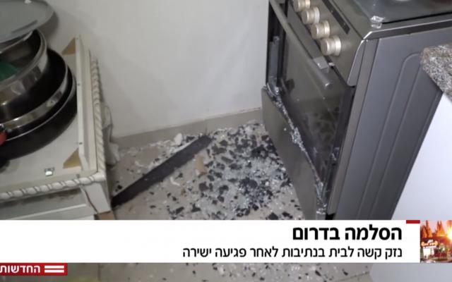 El reportero de Hadashot TV Moshe Nussbaum muestra que un trozo de metralla de un cohete de Hamas se estrelló contra un horno y se detuvo en una casa en Netivot, 12 de noviembre de 2018. (Noticias de Hadashot TV)