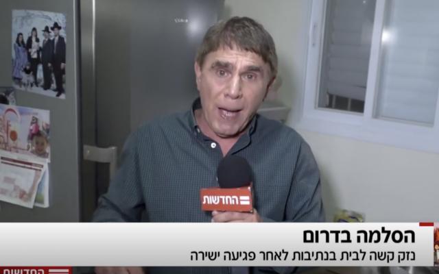 El reportero de Hadashot TV Moshe Nussbaum en una casa en Netivot golpeada por un trozo de metralla de un cohete de Hamas, 12 de noviembre de 2018 (noticias de Hadashot TV)