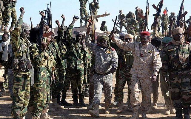 Archivo: los soldados chadianos se reúnen el 1 de febrero de 2015 cerca de la ciudad nigeriana de Gamboru, justo al otro lado de la frontera con Camerún.(AFP / Marle)