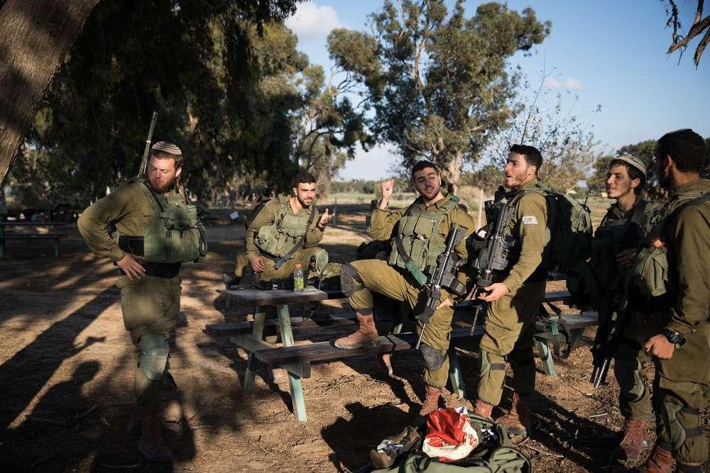 Los soldados de las FDI descansan cerca del Kibbutz Nir Oz, en el sur de Israel, cerca de la frontera con Gaza, el 12 de noviembre de 2018. (Hadas Parush / Flash 90)
