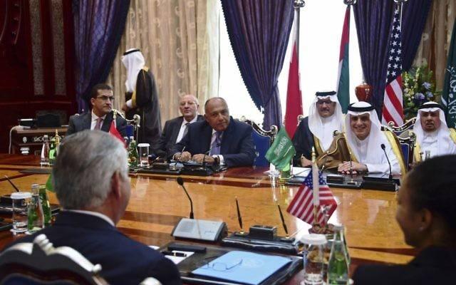El secretario de Estado de Estados Unidos, Rex Tillerson, a la izquierda, participa en una reunión ministerial con los ministros de asuntos exteriores de Bahrein, Egipto, Arabia Saudita y los Emiratos Árabes Unidos, en Jiddah, Arabia Saudita, el miércoles 12 de julio de 2017. (Departamento de Estado de EE. UU., via AP)