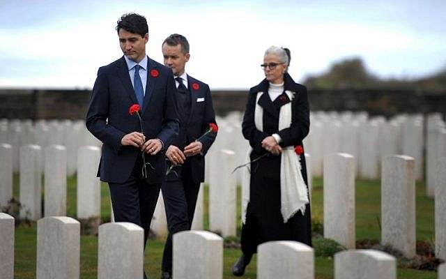 El Primer Ministro de Canadá Justin Trudeau (L) y el Ministro de Veteranos Seamus O'Regan (C) participan en una ceremonia en honor a los soldados canadienses muertos durante la Primera Guerra Mundial en el Monumento Nacional Canadiense de Vimy, el 10 de noviembre de 2018, en Vimy, Francia .(Francois Lo Presti / AFP)