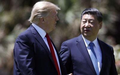 El presidente de Estados Unidos, Donald Trump, a la izquierda, y el presidente chino, Xi Jinping, caminan juntos después de sus reuniones en Mar-a-Lago, en Palm Beach, Florida, el 7 de abril de 2017. (AP / Alex Brandon)