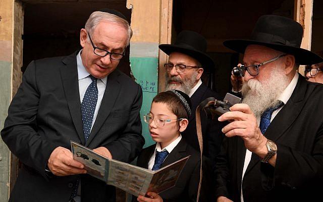 El primer ministro Benjamin Netanyahu se reúne con Moshe Holtzberg, el hijo del rabino Gavriel y Rivky Holtzberg, quienes fueron asesinados el 26 de noviembre de 2008 en un ataque terrorista en Mumbai, durante un memorial por las víctimas del ataque en Nariman Chabad House en Mumbai en enero. 18, 2018. (GPO)