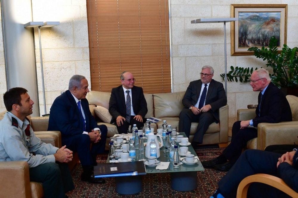 El primer ministro Benjamin Netanyahu (segundo desde la L) se reúne con el enviado de Estados Unidos en Siria, James Jeffrey, en Jerusalén, el 5 de noviembre de 2018. (Kobi Gideon / GPO)