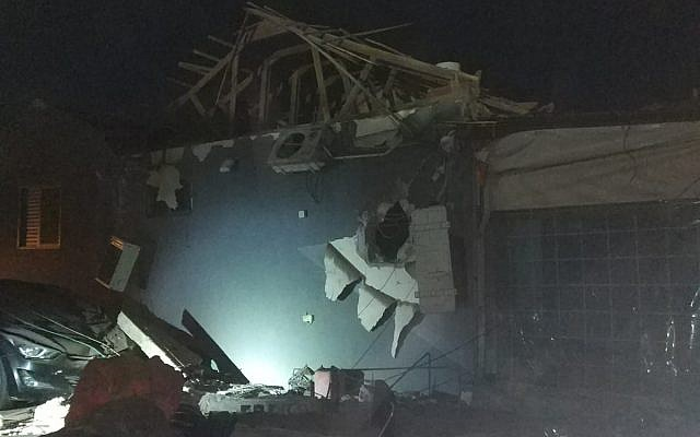 Una casa en la ciudad de Netivot, en el sur de Israel, que fue alcanzada por un cohete disparado desde la Franja de Gaza el 12 de noviembre de 2018. (Policía de Israel)