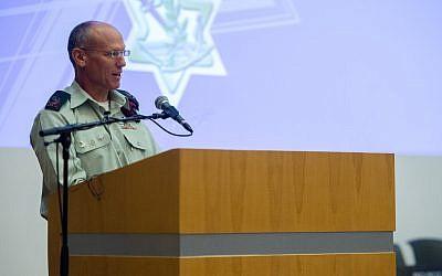 El jefe saliente de las operaciones de las FDI, el mayor general Nitzan Alon, habla en una ceremonia en la sede del ejército de Tel Aviv el 21 de mayo de 2018. (Fuerzas de Defensa de Israel)