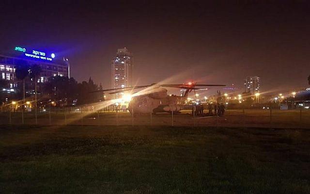 Un helicóptero que transportaba a un soldado israelí herido que resultó herido durante una operación en las tierras de la Franja de Gaza a las afueras del Centro Médico Soroka de Beersheba el 11 de noviembre de 2018. (Twitter)
