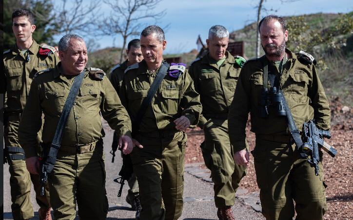 El Jefe de Estado Mayor de las FDI Gadi Eisenkot, a la izquierda, camina con el jefe del Comando del Norte, mayor general Yoel Strick, en el centro, durante una visita a la frontera con Siria el 20 de noviembre de 2018. (Fuerzas de Defensa de Israel)
