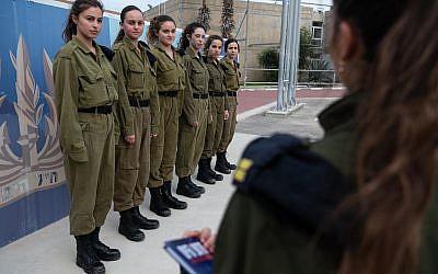 Seis reclutas mujeres para un programa piloto de la Marina israelí para ver si las mujeres pueden servir en buques de guerra, en la Base de Haifa de la marina en noviembre de 2018. (Fuerzas de Defensa de Israel)
