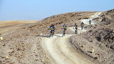 Biclicleteando por el desierto por una causa digna. Crédito: Tomer Feder Sport Photography.