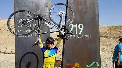 """Carol Sober es una de los 600 ciclistas que ayudó a recaudar $ 3.5 millones para ayudar a los niños en el Hospital ALYN en Jerusalem. Crédito: """"Wheels of Love""""."""