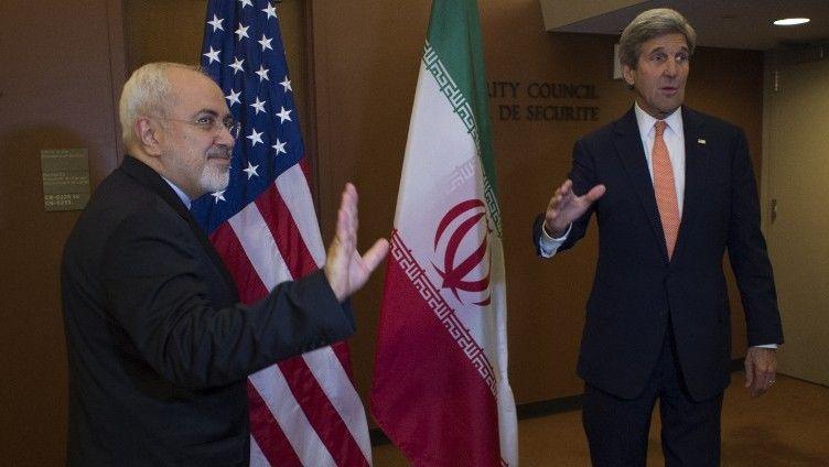 El entonces Secretario de Estado de los Estados Unidos, John Kerry, con el Ministro de Relaciones Exteriores de Irán, Mohammad Javad Zarif, el 19 de abril de 2016, en las Naciones Unidas en Nueva York.(AFP / Don Emmert)