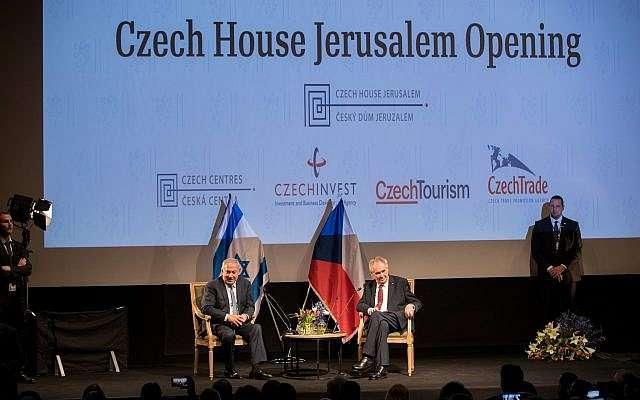 El presidente de la República Checa Miloš Zeman (2R) y el primer ministro Benjamin Netanyahu (2L) asisten a la ceremonia de apertura de la Casa Checa en Jerusalem, el 27 de noviembre de 2018. (Yonatan Sindel / Flash 90)