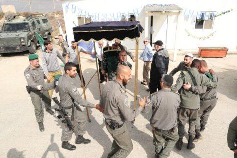 Soldados de las FDI que bailan en la dedicación de una nueva sinagoga para la Base de Telem de las FDI en las afueras de Hebrón, cortesía del Fondo Leo V. Berger