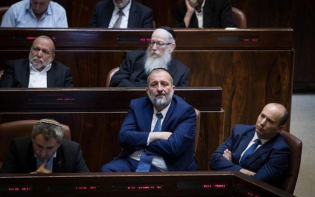 El líder del partido Shas y el Ministro del Interior Aryeh Deri en la Knesset en Jerusalén el 19 de noviembre de 2018, durante una sesión plenaria especial en memoria del fallecido Ministro de Asuntos Religiosos David Azoulay. (Hadas Parush / Flash90)