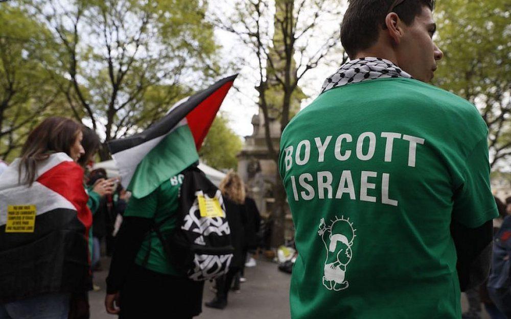 Manifestantes en la Place du Chatelet en París manifestándose contra Israel, 1 de abril de 2017. (Thomas Samson / AFP / Getty Images a través de JTA)