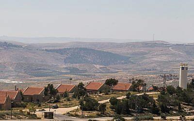 Vista del poblado israelí de Ma'ale Hever, en el Consejo Regional de Har Hebron, 19 de abril de 2015. (Nati Shohat / Flash90)