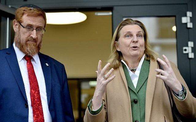 MK Yehuda Glick, a la izquierda, está de pie junto a la ministra de Relaciones Exteriores de Austria, Karin Kneissl, mientras hablan con la prensa el 13 de febrero de 2018 en Viena, Austria. (AFP / APA / Herbert Pfarrhofer / Austria OUT)