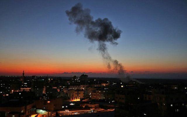 Oleadas de humo después de ataques aéreos israelíes contra Rafah en el sur de la Franja de Gaza, cerca de la frontera con Egipto, el 12 de noviembre de 2018. (Dijo KHATIB / AFP)