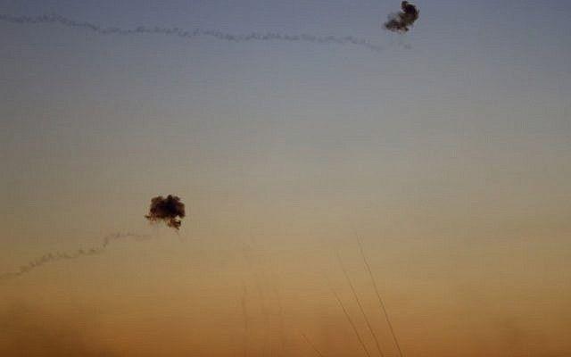 Una fotografía tomada en la frontera entre Israel y Gaza, cerca del kibutz de Kfar Aza, el 12 de noviembre de 2018, muestra misiles del sistema de defensa aérea israelí de la Cúpula de Hierro, destruyendo los misiles entrantes disparados contra Israel desde la Franja de Gaza.(Jack GUEZ / AFP)