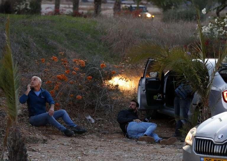 Los israelíes se protegen mientras se disparan cohetes desde la Franja de Gaza, en la ciudad de Sderot, sur de Israel, el 12 de noviembre de 2018 (Jack GUEZ / AFP)