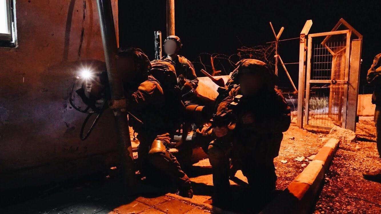 Los soldados de la Brigada de Comandos de las FDI simulan la lucha contra el grupo terrorista Hezbolá en el norte de Israel en noviembre de 2018. (Fuerzas de Defensa de Israel)