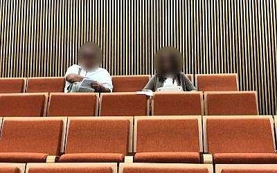 Los padres del acusado de las amenazas ficticias de bomba de JCC se sientan en la Corte del Distrito de Tel Aviv durante la sentencia de su hijo el 22 de noviembre de 2018. (Jacob Magid / Times of Israel)