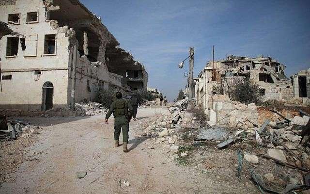 Los combatientes rebeldes sirios del Frente de Liberación Nacional (NLF, por sus siglas en inglés) toman posición en la línea del frente, frente a las fuerzas gubernamentales en el área de al-Rashedin al oeste de Aleppo, en el noroeste de Siria, el 20 de noviembre de 2018. (Aaref WATAD / AFP)