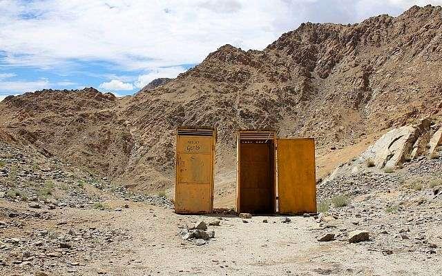 Imagen ilustrativa de retretes en la cima de una colina en el distrito de Leh, en Ladakh, India (inurbanspace; iStock by Getty Images)