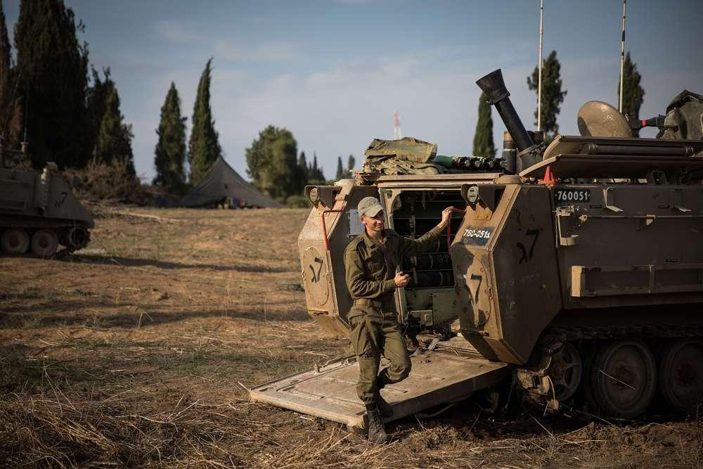 Fuerzas de las FDI se reunieron cerca de la frontera con Gaza en el sur de Israel el 13 de noviembre de 2018. (Hadas Parush / Flash 90)