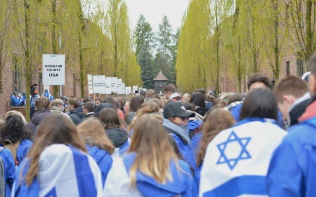 Los jóvenes participan en la Marcha de los vivos en el campo de exterminio de Auschwitz en Polonia el 24 de abril de 2017. (Yossi Zeliger / Marcha de los vivos)