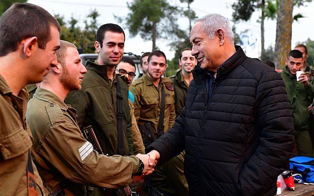 El primer ministro Benjamin Netanyahu (R) recorre la frontera norte para ver las operaciones de las FDI para descubrir los túneles de ataque de Hezbolá el 11 de diciembre de 2018. (Kobi Gideon / GPO)