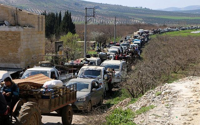Los civiles sirios conducen sus autos a través de Ain Dara en la región norte de Afrin, en Siria, mientras huyen de la ciudad de Afrin el 12 de marzo de 2018, en medio de batallas entre fuerzas respaldadas por Turquía y combatientes kurdos. (AFP FOTO / STRINGER)