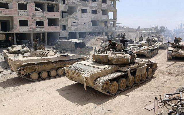 Una fotografía tomada el 8 de abril de 2018 muestra a los soldados del Ejército sirio reunidos en un área en las afueras del este de Douma, mientras continúan con su feroz ofensiva para recuperar la última disputa de la oposición en Ghouta Oriental. AFP FOTO / STRINGER
