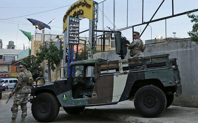 Las fuerzas de seguridad libanesas custodian la entrada del estadio Al-Ahed en los suburbios del sur de Beirut durante un recorrido por supuestos sitios de misiles alrededor de la capital libanesa, en un intento por refutar las acusaciones israelíes de que el movimiento Hezbollah tiene instalaciones secretas de misiles allí, el 1 de octubre de 2018. Organizado por el canciller libanés para los embajadores. (AFP PHOTO / ANWAR AMRO)