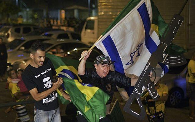 Los partidarios de Jair Bolsonaro, celebran en Río de Janeiro, después de que el ex capitán del ejército ganó las elecciones presidenciales de Brasil, el 28 de octubre de 2018. (CARL DE SOUZA / AFP)