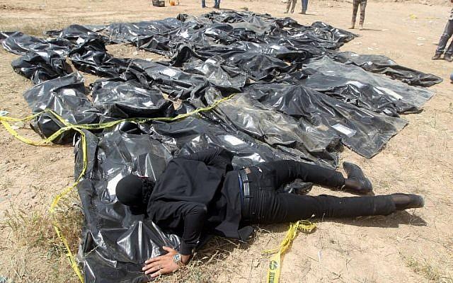 En esta foto tomada el 12 de abril de 2015, un hombre iraquí llora sobre bolsas de cadáveres que contienen los restos de personas que se cree fueron asesinadas por jihadistas del Estado Islámico en el campamento de Speicher en la ciudad iraquí de Tikrit. (Ahmad Al-Rubaye / AFP)