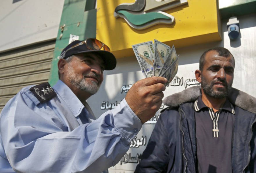 Trabajadores de Hamas cobran salarios después del envío de dinero de Qatar a Gaza