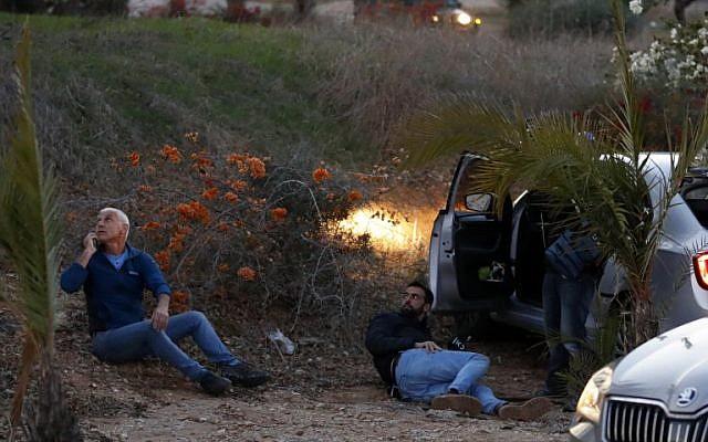 Los israelíes se protegen mientras se disparan cohetes desde la Franja de Gaza, en la ciudad de Sderot, sur de Israel, el 12 de noviembre de 2018. (Jack GUEZ / AFP)